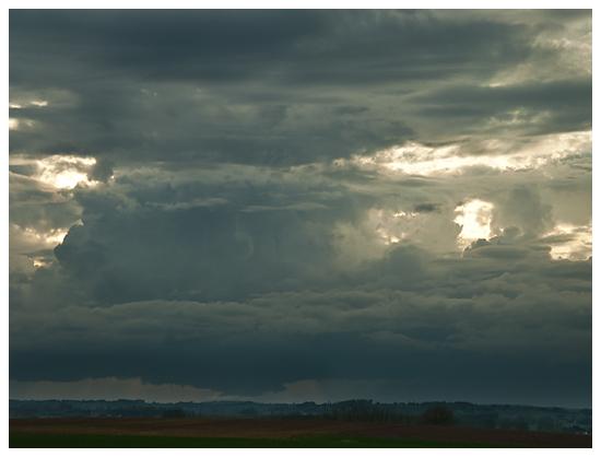 Vue d`ensemble d`une cellule convective développant un nuage mur. On remarque clairement la dissociation entre le courant ascendant et descendant. Crédit photo : Michael Baillie
