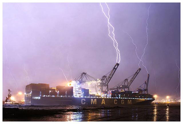 Double coup de foudre frappant une grue portuaire déchargeant un cargo. De nombreux traceurs ascendants se sont produits à proximité des impacts. Crédit photo : Samina Verhoeven
