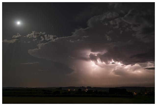 Orage supercellulaire sévissant dans le département des Ardennes en France et observé depuis la région de Bertrix en province de Luxembourg. Crédit photo : Samina Verhoeven